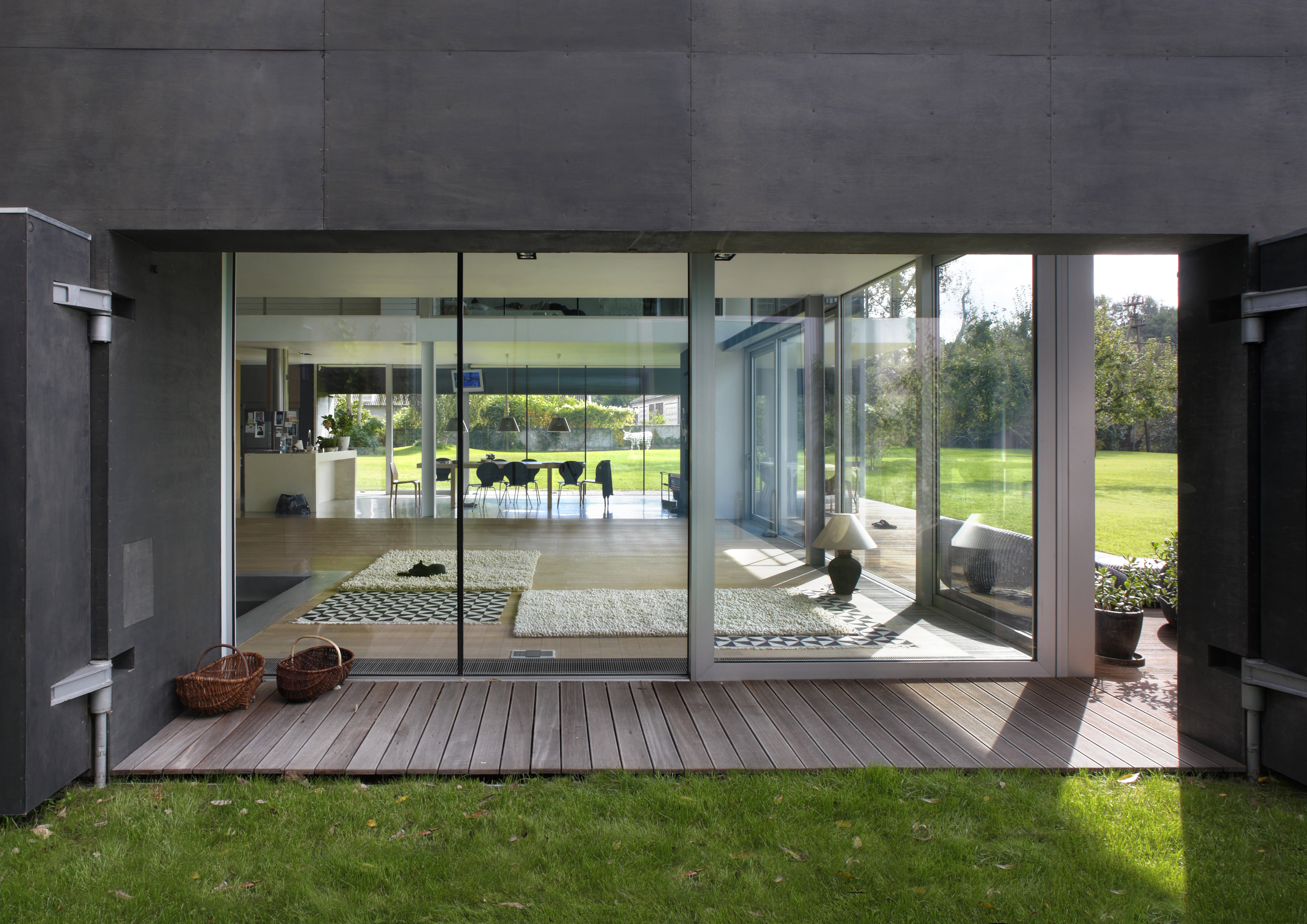 Zombie proof safe house by kwk promes for Casa jardin antiavispas